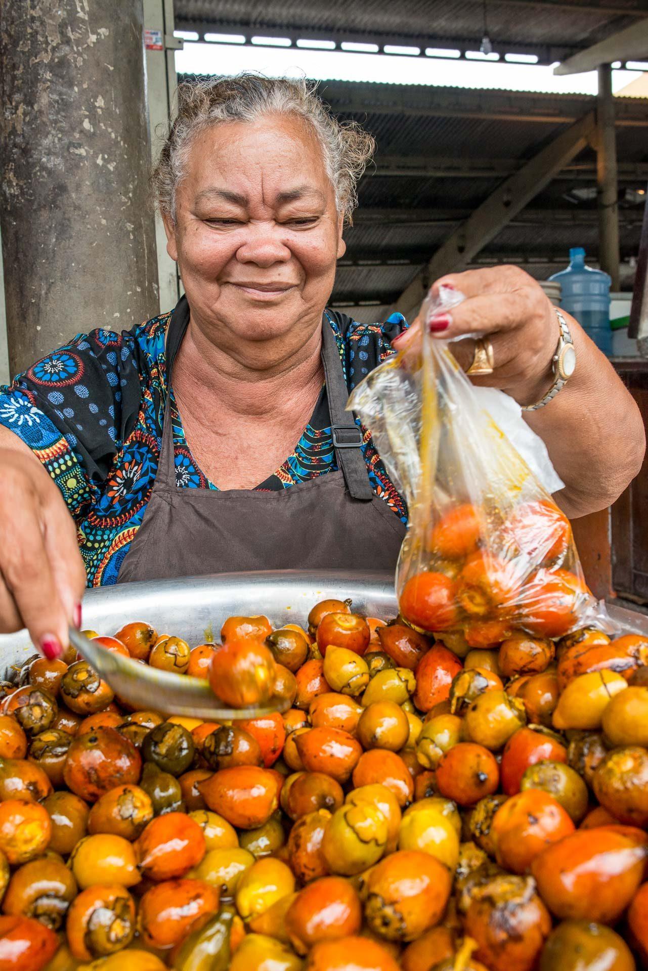 Dona Maria servindo pupunha na feira da 25